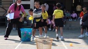 Werp de bal, bestuderen de kleuterschoolstudenten Lichamelijke opvoeding stock footage