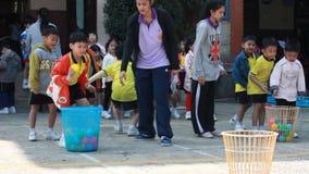 Werp de bal, bestuderen de kleuterschoolstudenten Lichamelijke opvoeding stock videobeelden
