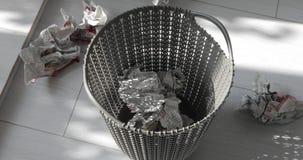Werp documenten in plastic vuilnisbak stock videobeelden