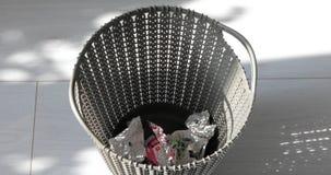 Werp documenten in plastic vuilnisbak stock video