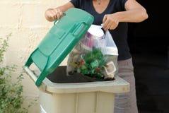 Werp een plastic zak in het afval royalty-vrije stock foto's