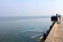 Werp netto vissers royalty-vrije stock foto's