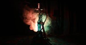 Werpen de waterpijp hete steenkolen op shisha het maken van wolken van stoom bij Arabisch binnenland Oosters ornament op de cerem