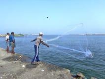 Werpend het gietvorm-net voor het vangen van de vissen Royalty-vrije Stock Fotografie