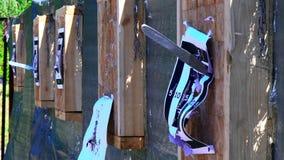 Werpend messen bij het doel van een openluchtafstand, de concurrentie voor het werpen van messen, die messen, scherpe messen vlie stock videobeelden