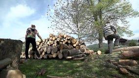 Werpend openings van een sessiestapel van wijd geschotene hout lage hoek stock footage