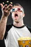 Werpende popcorn en het dragen van 3d glazen Royalty-vrije Stock Afbeeldingen