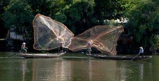 Werpnetten van rivierboten, Tint, Vietnam stock foto