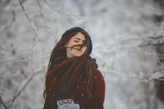 Werpt de portret Jonge mooie vrouw sneeuw royalty-vrije stock foto's