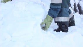 Werpt sneeuwschop stock videobeelden