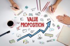 Wert-Vorschlag-Konzept Die Sitzung am weißen Bürotisch stockbilder