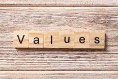 Werte fassen geschrieben auf hölzernen Block ab Werttext auf Tabelle, Konzept Stockfoto