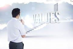 Werte gegen die weißen Schritte, die zu geschlossene Tür führen lizenzfreies stockfoto