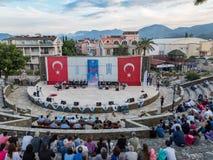 Wervelend tonen de derwisj en godsdienstig muziekoverleg voor begin van ramadan bij Marmaris-amfitheater in Marmaris, Turkije royalty-vrije stock afbeelding