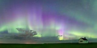 Werveling van Aurora Borealis Northern Lights over de historische Landende school Noord- van Saskatchewan royalty-vrije stock foto's