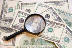 Weryfikacja autentyczność dolara rachunek z wzrostem w wizerunku Franklin obrazy royalty free