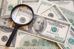 Weryfikacja autentyczność dolara rachunek z wzrostem w wizerunku Franklin zdjęcia royalty free