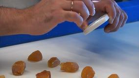 Weryfikacja autentyczność kamień z pozafioletową latarką zbiory