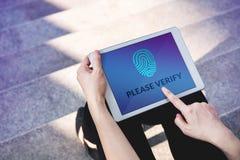 Weryfikacja dostęp dla systemu bezpieczeństwa pojęcia, kobieta używa zakładkę Obrazy Royalty Free