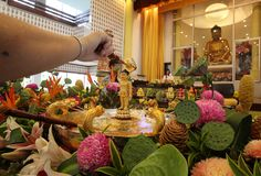 Wesak-Tag Buddha badend stockfotos