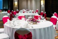 Wesele obiadowego stołu, bielu i czerwieni tematu krzesła, fotografia royalty free