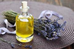 Wesentliches Lavendelöl lizenzfreies stockbild