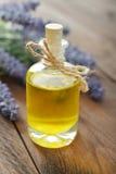 Wesentliches Lavendelöl lizenzfreie stockbilder