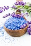 Wesentliches Lavendelsalz mit Draufsicht der Blumen Stockfotos