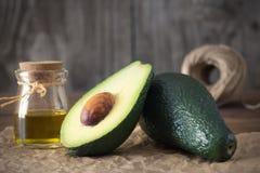 Wesentliches Schmieröl der Avocado stockfotografie