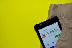 WeSing - τραγουδήστε το καραόκε & το αρχείο & τραγουδήστε την εφαρμογή τραγουδιού dev στους βράχους σε λόφο Smartphone στοκ εικόνες