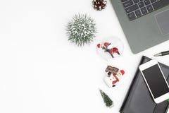 Wesoło boże narodzenia i Szczęśliwi nowy rok biurowej pracy interliniują desktop co zdjęcie royalty free