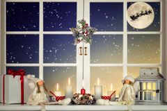 Wesoło boże narodzenia i Szczęśliwi wakacje! Piękny dekorujący dla Bożenarodzeniowego okno Zima las od okno dom obraz stock