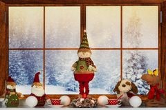 Wesoło boże narodzenia i Szczęśliwi wakacje! Piękny dekorujący dla Bożenarodzeniowego okno Zima las od okno dom fotografia royalty free