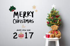 WESOŁO boże narodzenia i SZCZĘŚLIWY nowego roku 2017 tekst na ścianie Obrazy Stock