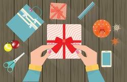 Wesoło boże narodzenia i Szczęśliwy nowy rok, Żeńska ręka wiążący faborku pudełko Zdjęcie Royalty Free