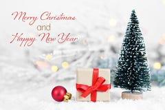Wesoło boże narodzenia i Szczęśliwy nowy rok Bożenarodzeniowy prezent i boże narodzenie dekoracja zdjęcia royalty free