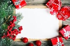 Wesoło boże narodzenia i Szczęśliwy nowy rok Filiżanki kakao, ciastka, prezenty i jedlin gałąź na drewnianym stole, Selekcyjna os zdjęcia royalty free