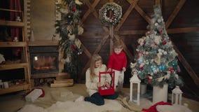 Wesoło boże narodzenia i Szczęśliwy nowy rok Mama i syn dekorujemy choinki indoors Kochająca rodzina zamknięta w górę zdjęcie wideo