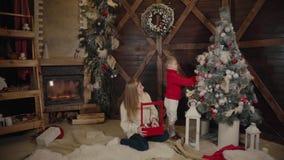 Wesoło boże narodzenia i Szczęśliwy nowy rok Mama i syn dekorujemy choinki indoors Kochająca rodzina zamknięta w górę zbiory