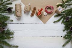 Wesoło boże narodzenia i szczęśliwy nowy rok pakuje prezenty, handmade Obrazy Stock