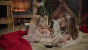 Wesoło boże narodzenia i Szczęśliwy nowy rok Piękna rodzina w Xmas wnętrzu Ładnych potomstw macierzysty czytanie książka ona zbiory