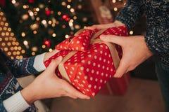 Wesoło boże narodzenia i Szczęśliwy nowy rok Potomstwo pary odświętności wakacje w domu Szczęśliwy młodego człowieka i kobiety da Fotografia Stock