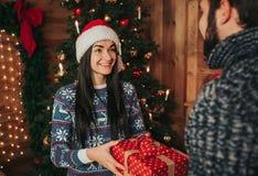 Wesoło boże narodzenia i Szczęśliwy nowy rok Potomstwo pary odświętności wakacje w domu Szczęśliwy młodego człowieka i kobiety da Obraz Royalty Free