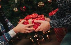 Wesoło boże narodzenia i Szczęśliwy nowy rok Potomstwo pary odświętności wakacje w domu Szczęśliwy młodego człowieka i kobiety da Obrazy Royalty Free
