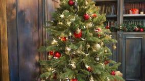 Wesoło boże narodzenia piękny wideo, Xmas drzewo z girlandą, przyjemna atmosfera Najlepszy używa dla Xmas tytułów z a i prezentów zdjęcie wideo