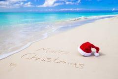 Wesoło boże narodzenia pisać na plażowym białym piasku z obrazy stock