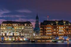 Wesoło boże narodzenia w Hamburg z iluminującymi budynkami zdjęcie royalty free