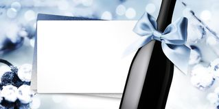 Wesoło boże narodzenia wita prezent kartę z wino butelki błękitnego faborku łękiem na błękitnym zamazanym światła tła szablonie ilustracja wektor