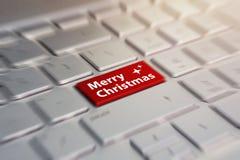 Wesoło bożych narodzeń guzik na komputerowej klawiaturze czerwony guzik z wpisowego wesoło bożych narodzeń szarość srebra kluczow obrazy stock