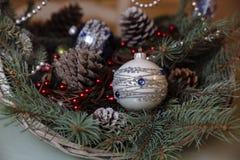 Wesoło bożych narodzeń i nowego roku dekoracje, piłki, girlandy, sosna rożek w koszu Pojęcie wakacje Zdjęcia Stock